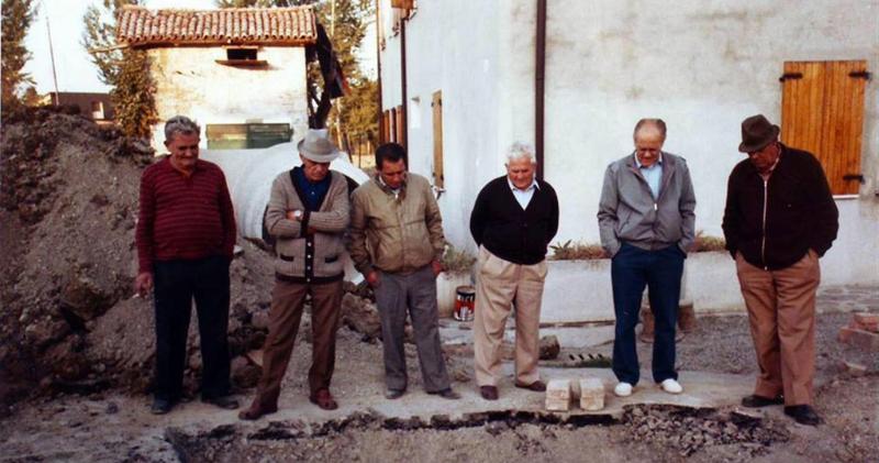 Elderly gentlemen shown to illustrate the word umarells